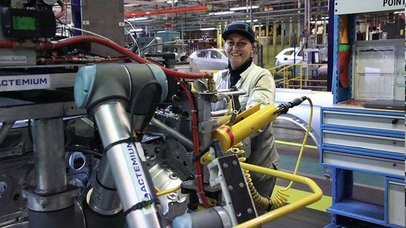 Maryline-Bianchi-at-PSA-Group-in-France-with-her-new-robot (1)