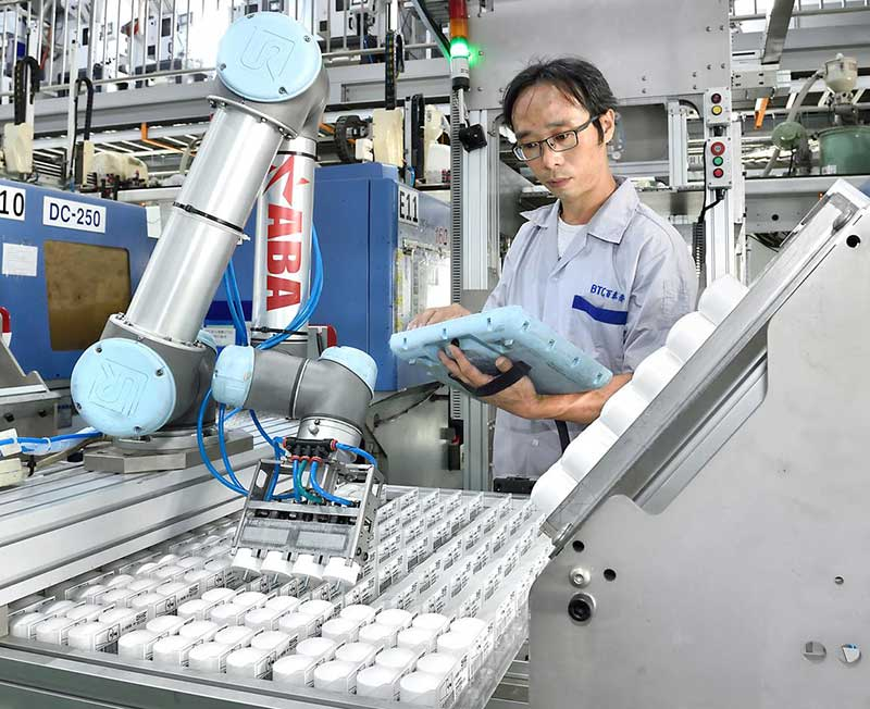 Taiwanese-injection-molder-BTC-Mold-and-Universal-robots