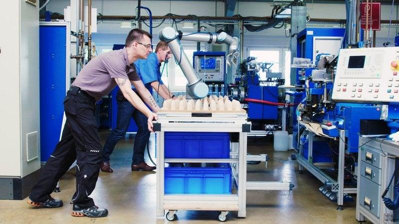 Ywo UR cobots automatically feeding highly sensitive glass tubes