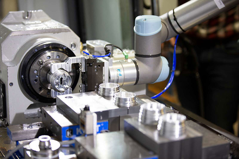 machining-cycle-tended-by-the-UR5e-collaborative-robot