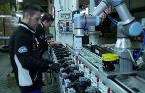 """For at eliminere fejl og spild i produktionen, og samtidigt forbedre arbejdsforholdene for de ansatte, tog den italienske elværktøjsproducent Rupes en modig beslutning. Den lille virksomhed installerede UR-cobots til at klare montagen af skruer, hvilket hjalp virksomheden med at opnå sit mål om """"nul fejl"""" i produktionsprocessen"""