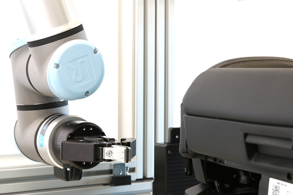 The UR10e is equipped with a UR+ certified gripper from Robotiq
