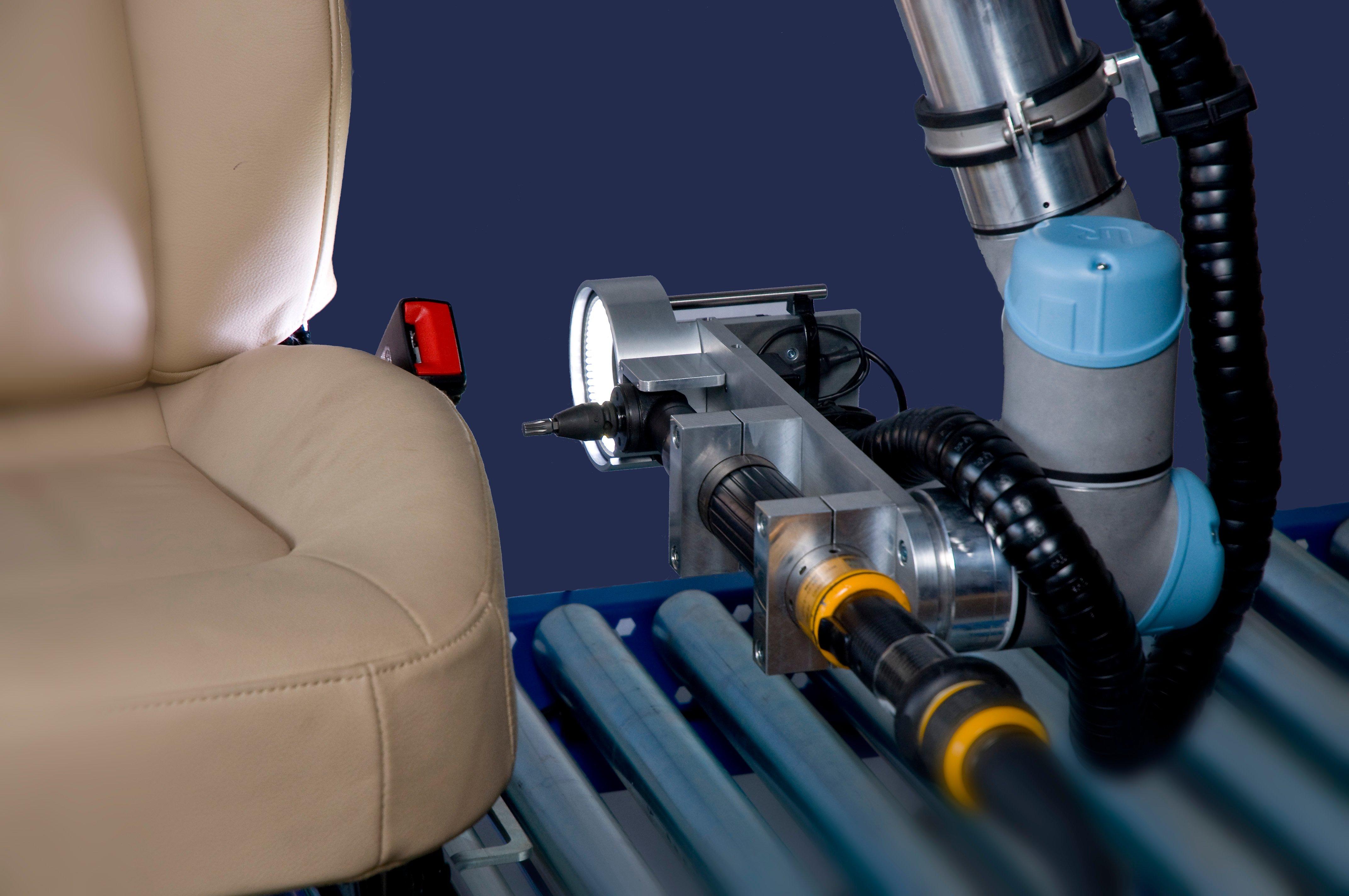 Der UR5 ist mit einem 2D Bildverarbeitungssystem ausgestattet und sorgt so für eine sichere Verschraubung der Autositze