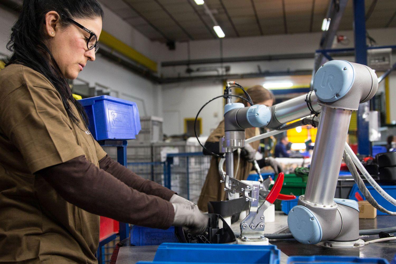 Roboter und Mensch arbeiten Seite an Seite