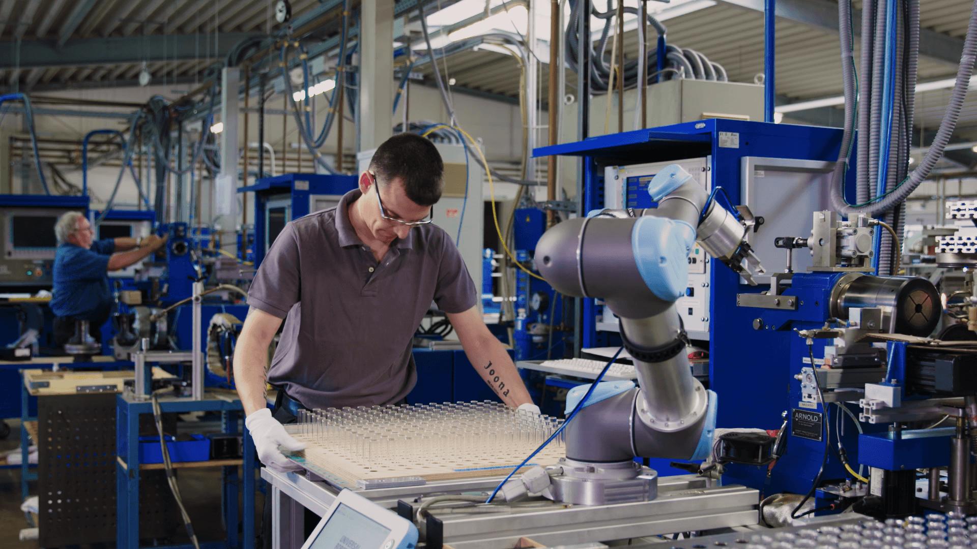 UR Roboter bei Hofmann Glastechnik