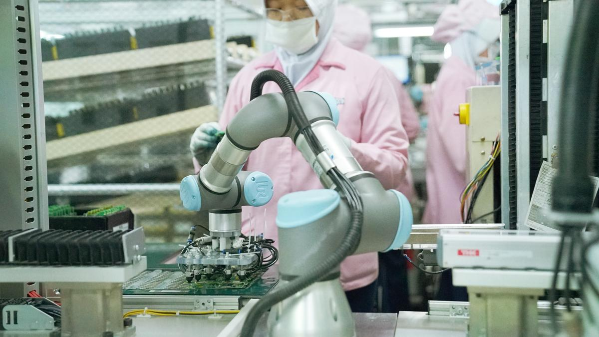 Your Questions Answered on Cobots in Electronics Manufacturing - Header