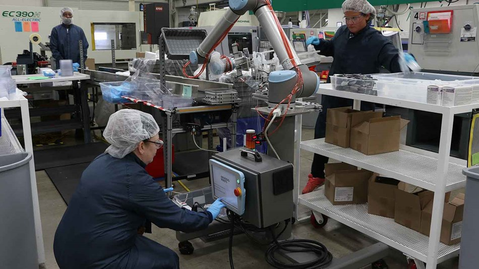 ur10_collaborative_robots_cobots_workers_filling_kitting_dispenser_dynamic (1)