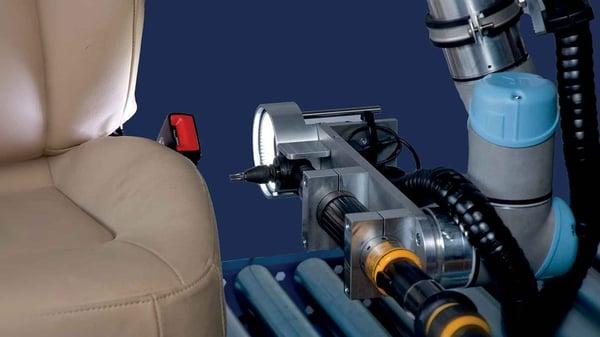 un cobot ur5 utilisé dans le secteur de l'automobile pour automatiser des opérations de vissage