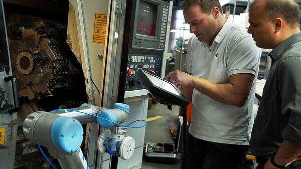 ur5_flexible_low-cost_-robotic_-arm_for_cnc_and_machine_tending_at_linatex_fast_payback