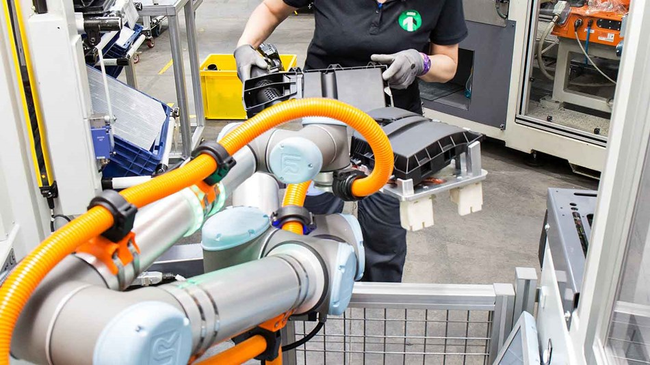 working-alongside-robots-and-workers-at-mannplushummel (1)