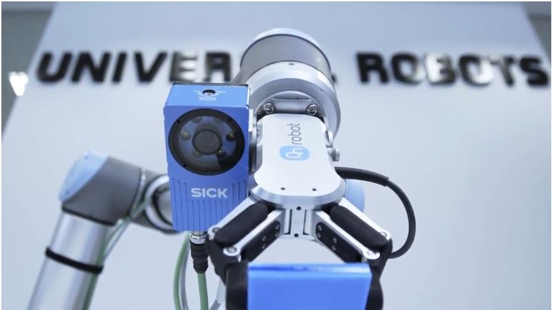 A UR robot with two certified, plug & play UR+ products