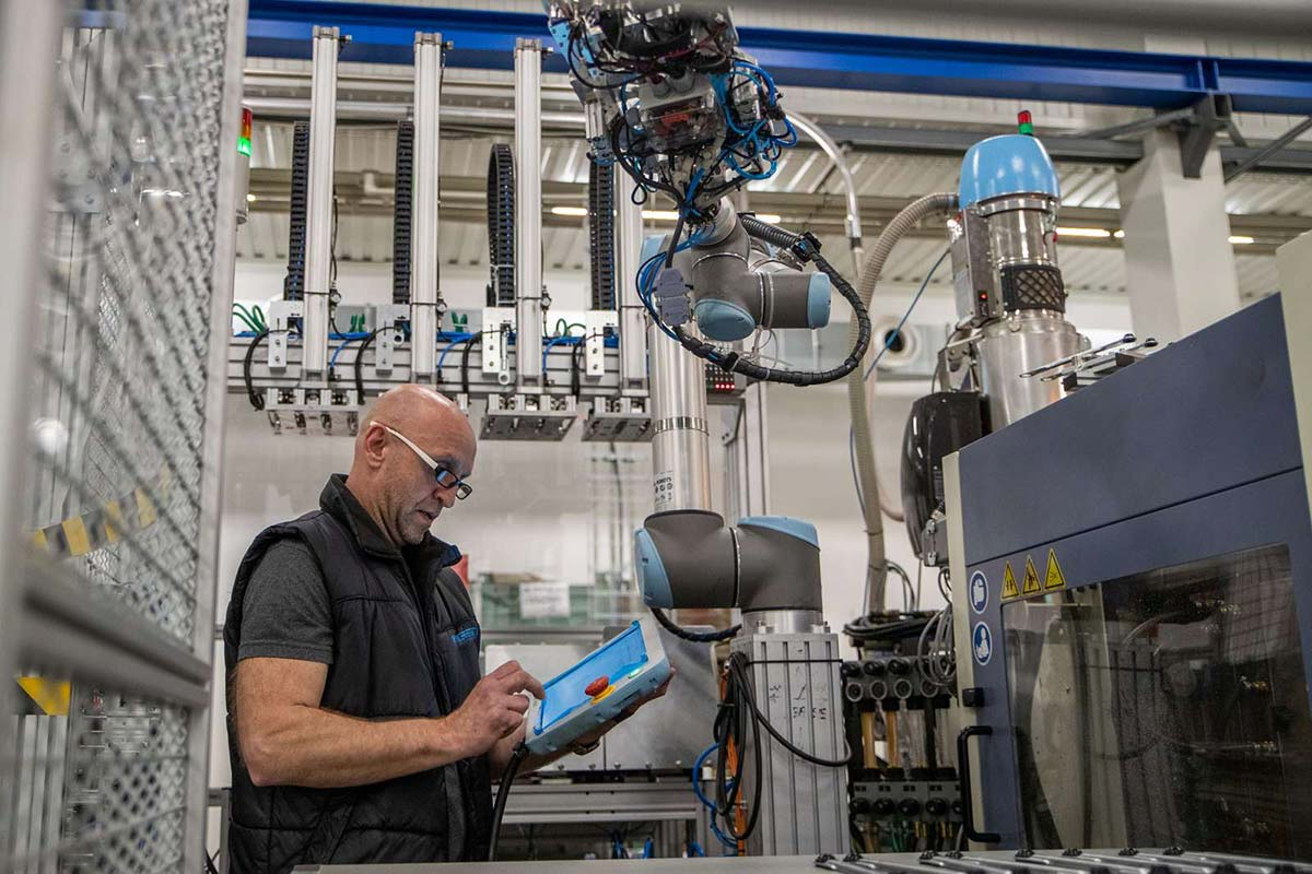 Cobots - The New Option for Injection Molders